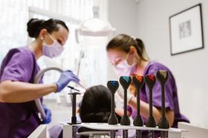 Dr. Riener Réka esztétikai fogászati kezelést végez Dentoplant fogászat Szeged