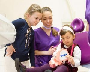 Dr. Vadász Anna, helyes fogmosás bemutatása a Dentoplant Fogászati Rendelőben